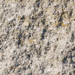 gebrochene bruchraue umlaufend gefaste nuancierte Beton Oberflaeche in Muschel Kalk