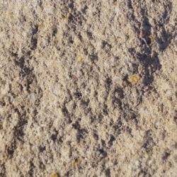 gebrochene bruchraue dezente impraegnierte Naturstein Beton Oberflaeche in Kalkstein dunkel