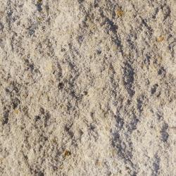gebrochene bruchraue dezente impraegnierte Naturstein Beton Oberflaeche in Kalkstein