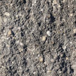 gebrochene bruchraue umlaufend gefaste nuancierte Beton Oberflaeche in Grau Schwarz