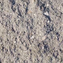 gebrochene bruchraue umlaufend gefaste Beton Oberflaeche in Grau
