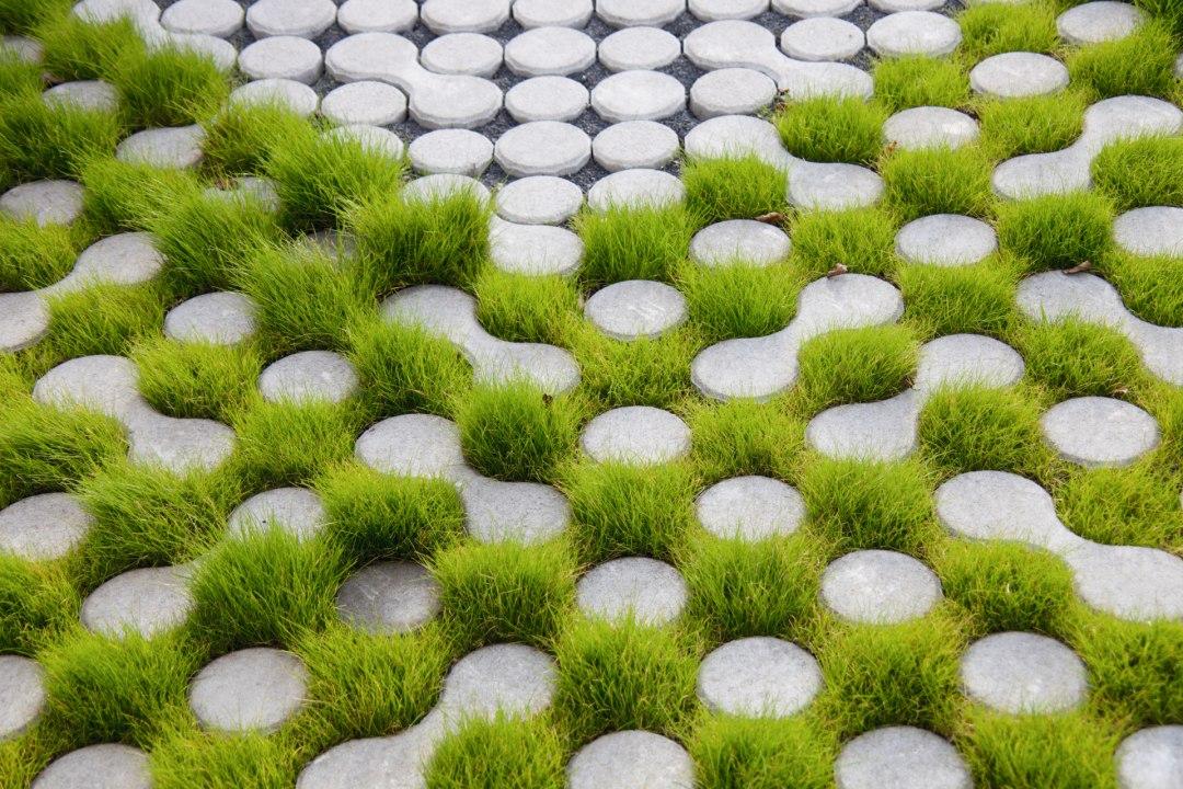 Rasengitterstein LUNIX von GODELMANN. Rasenkammerstein in hellgrau mit Gras in den Zwischenraeumenals Pflasterplatte verlegt