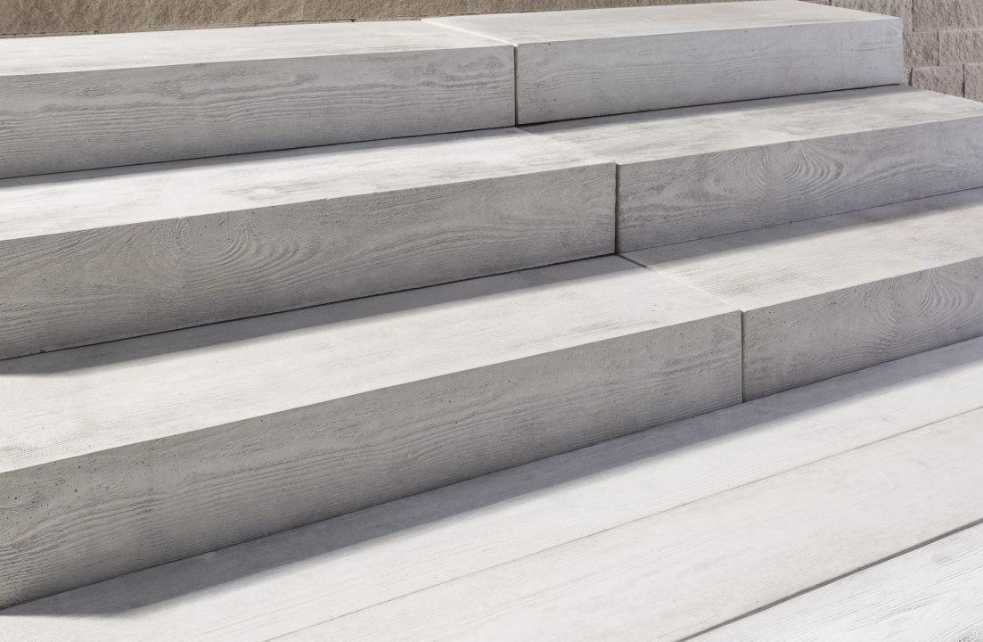 Dielenblockstufe aus grauem Beton mit Holzoptik mit gepflastertem Boden