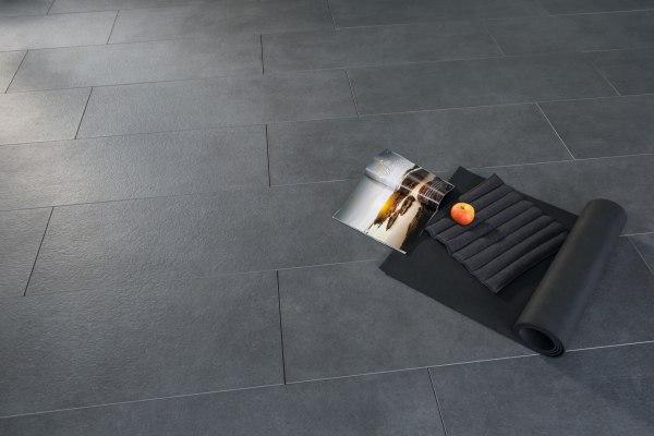 Terrassenplatte - Gepflasterter Steinboden aus großformatigen Feinsteinzeugplatten und Terrassenplatten aus 120x40 cm Chianto in anthrazit mit schwarzer Yogamatte