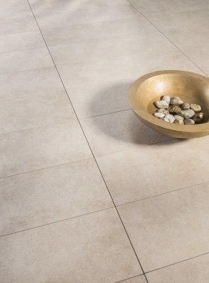 Terrassenplatte Gepflasterter Steinboden in beige aus großformatigen Feinsteinzeugplatten und Terrassenplatten 100x50 cm Chianto
