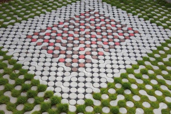 Rasenkammersteine rechteckig gelegt mit Pflasterplatten mit Rasen als Pflasterplatte mit Split und roten und weißen Fuellsteinen
