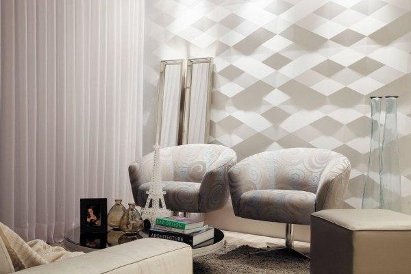 Wandverkleidung aus Sichtbeton in grau mit Rautenform und Stuehlen und Spiegeln und weißem Vorhang und Glastisch und Glasvasen und Eiffelturm