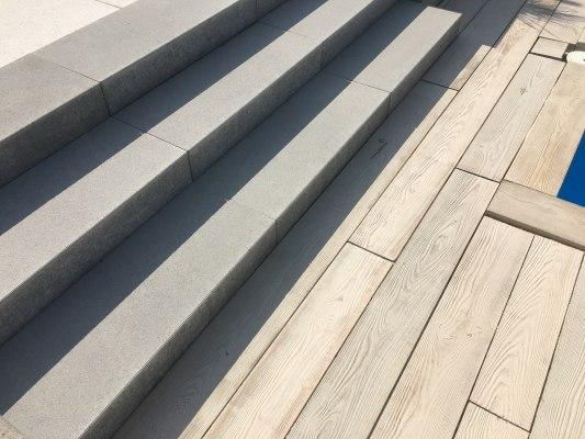 Treppenstufe Blockstufe breite graue Stufen dreireihig mit Holz beton Dielen