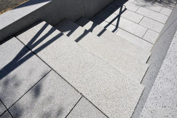 Steintreppe aus grauen Steinen aus Beton und Licht und Schatten