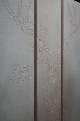 Massimo Stele Raumteiler aus grauem Sichtbeton mit Hirschmotiv