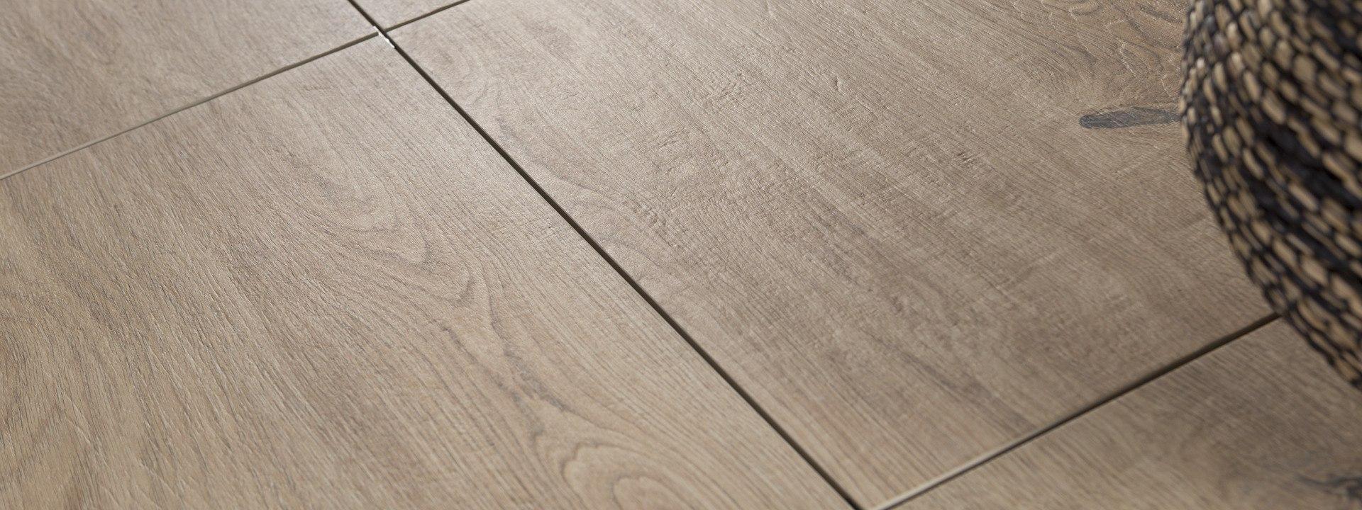 Terrrasssenplatte von GODELMANN - Gepflasterter Steinboden aus großformatigen Feinsteinzeugplatten Carmino Holzoptik mit Eiche Natur und Bastkorb