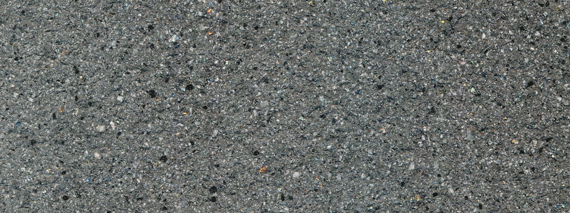 Terrassenplatte gebuerstet seidige matte Oberflaeche in dunkler Granit Optik fuer Terassen Zufahrten