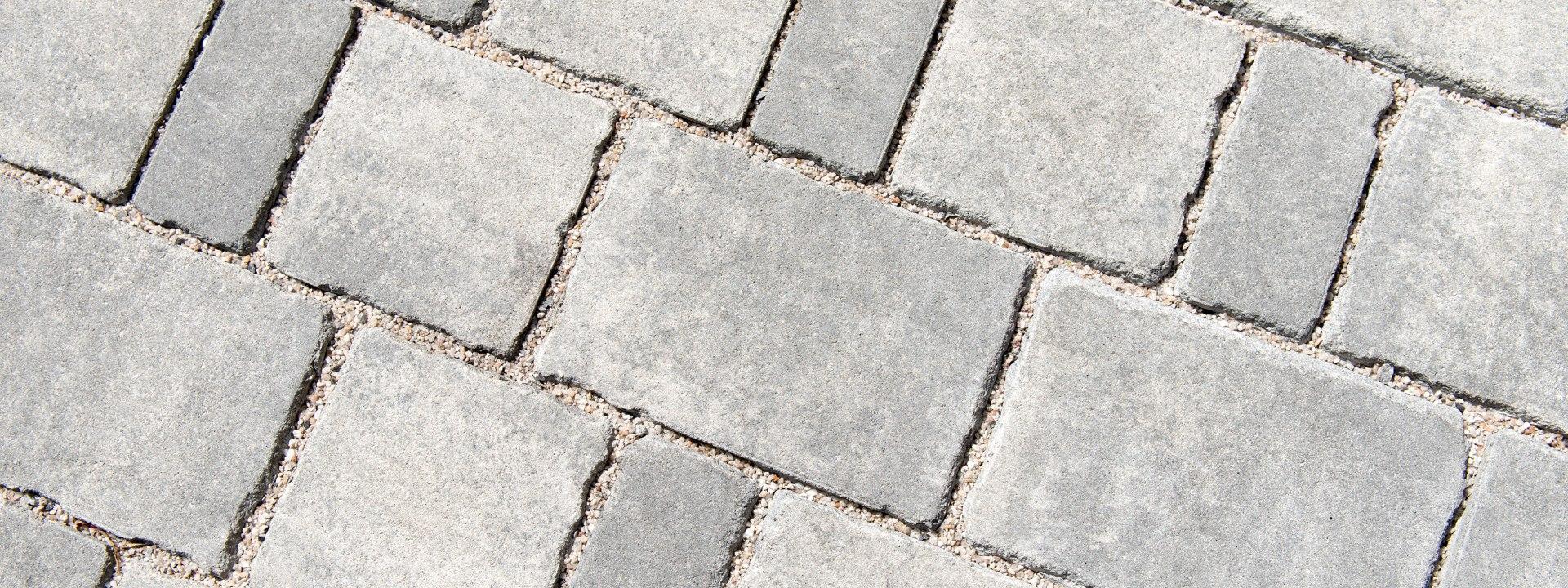 Pflasterstein DRAINSTON protect von GODELMANN. Gepflasterter Steinboden in grau schwarz im Mehrsteinsystem und weißen Kieselsteinen in den Zwischenraeumen