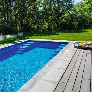 terrasse mit anthrazit gekalten dielen aus beton in holzoptik und pooleinfassungaus anthrazit. Black Bedroom Furniture Sets. Home Design Ideas
