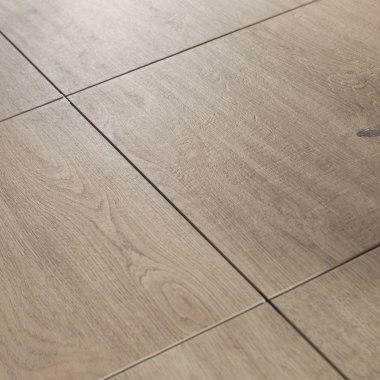 Gepflasterter Steinboden aus großformatigen Feinsteinzeugplatten Carmino Holzoptik mit Eiche Natur und Bastkorb