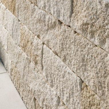 Gartenmauerstein MOLINALINE von GODELMANN. Gepflasterte beschichtete Steinmauer aus Kalkstein mit Antioptik im Reihenmauerwerk