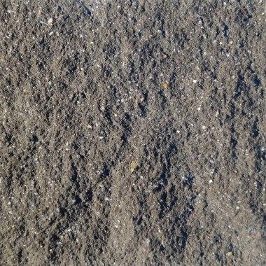 gebrochene fugenlose bruchraue dunkle einfarbige Beton Oberflaeche in Anthrazit Schiefer