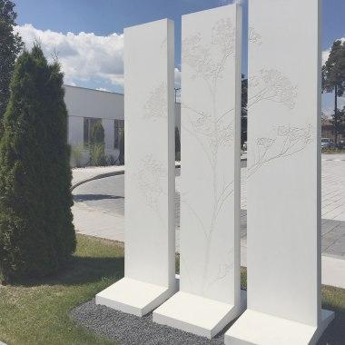 Massimo Stele Raumteiler aus Sichtbeton in hellgrau mit Blumenranken und Blaettern und Voegeln und Zweigen