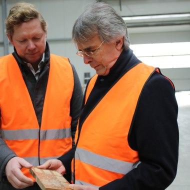 Bernhard Godelmann zeigt Axel Bartelt die Produktvielfalt bei GODELMANN.